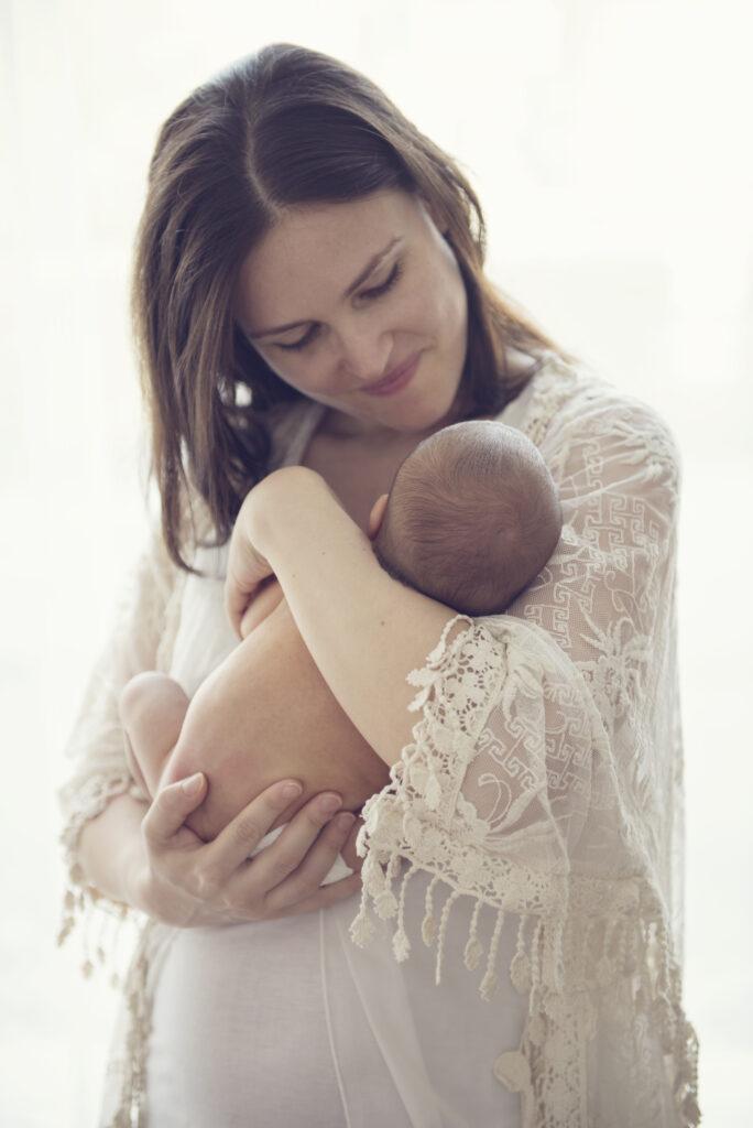 Foto di Vera Ghirardini che abbraccia la figlia neonata