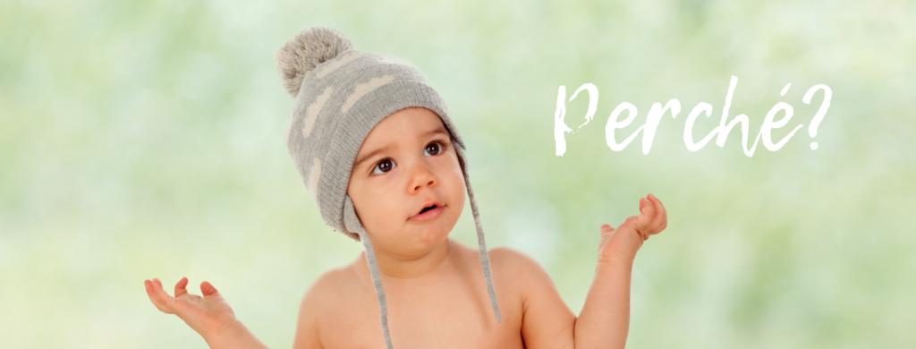 """Foto di bambino con i palmi delle mani verso l'alto e scritta """"Perché?"""""""