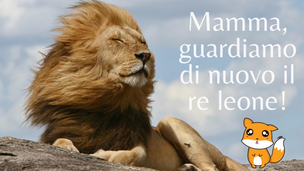 """Foto di leone con criniera al vento ed occhi chiusi. Scritta """"Mamma, guardiamo di nuovo il re leone?"""" ed emoticondi animaletto con occhioni languidi di bimbo"""