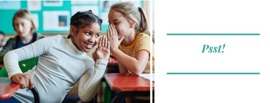"""Foto di due bambine sui banchi di scuola che si parlano nell'orecchio, scritta """"Pssst"""""""