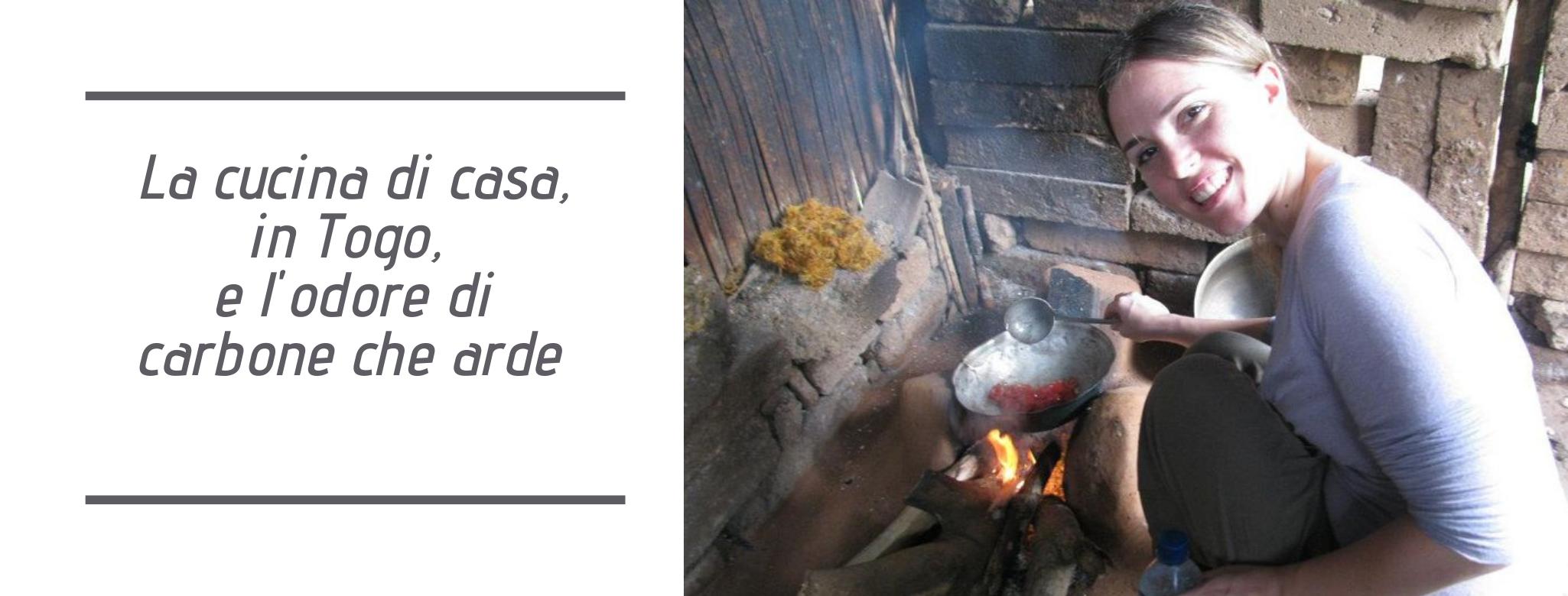 foto: La cucina in Togo, focolare all'aperto a terra e Vera Ghirardini con in mano un mestolo per cucinare davanti alla padella. scritta: la cucina in africa e l'odore del carbone che arde