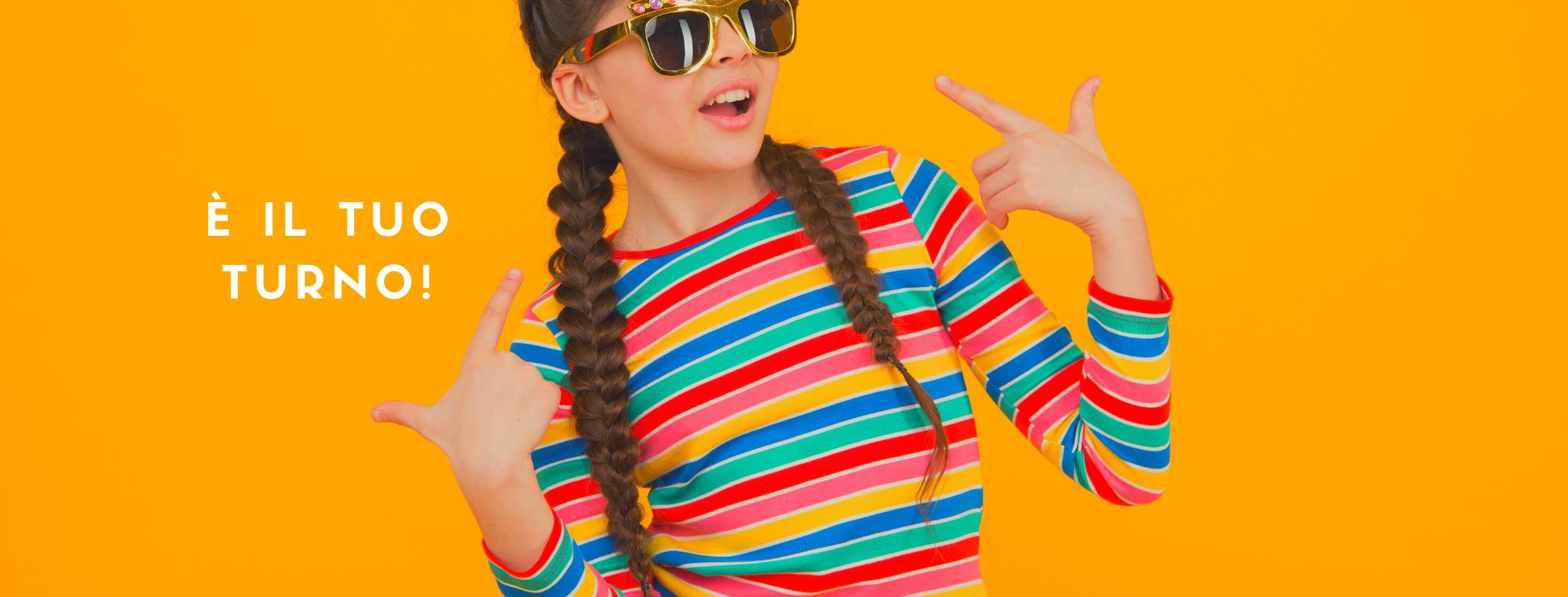 """foto con bambina in occhiali da sole e scritta """"È il tuo turno!"""""""