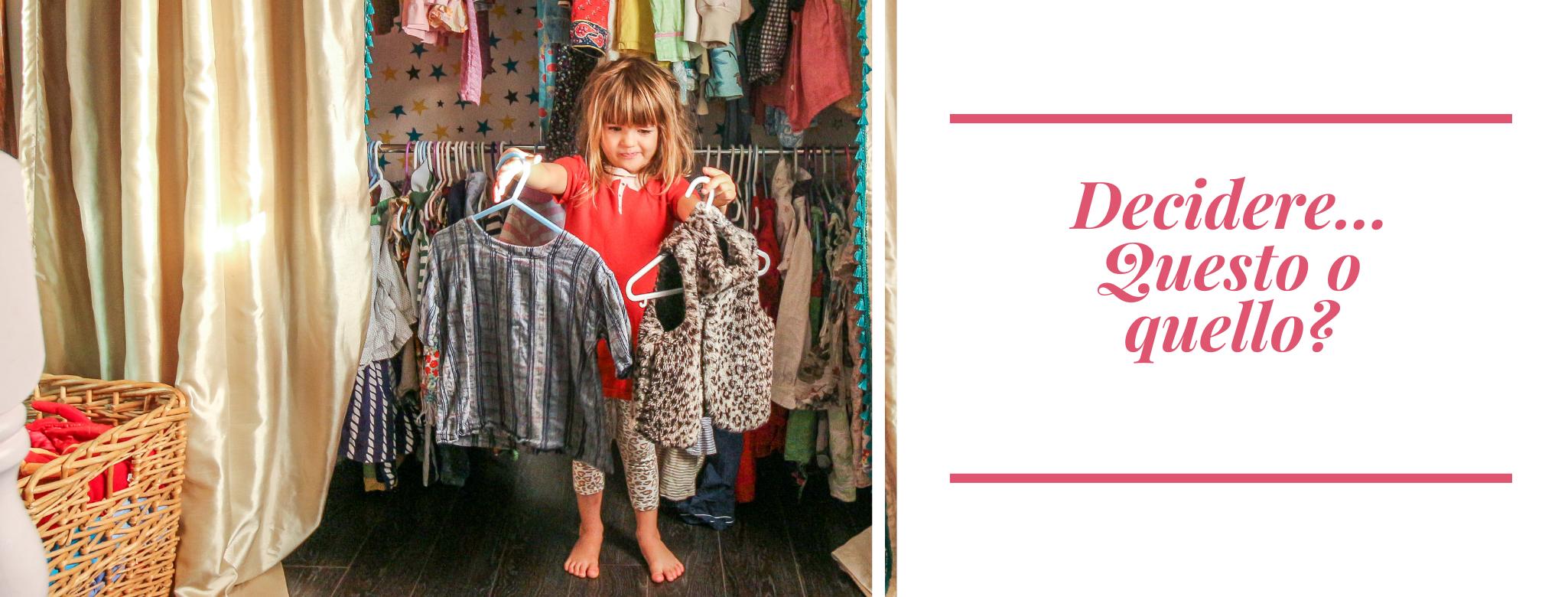 foto di bambina davanti ad un armadio che decide che abito mettersi