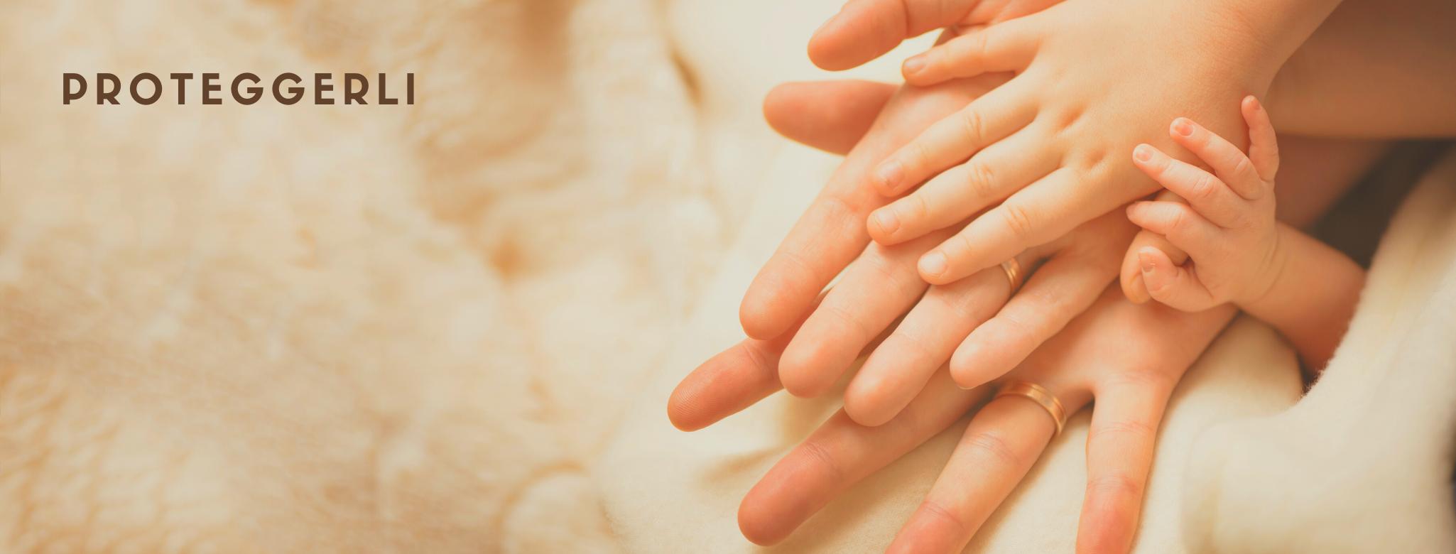 immagine di mani di genitori che si appoggiano su una coperta insieme alle mani dei figli. scritta: proteggerli